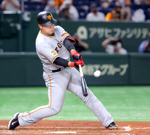 3回1死一塁、岡本和真が右越えに同点2ラン本塁打を放つ(カメラ・竜田 卓)