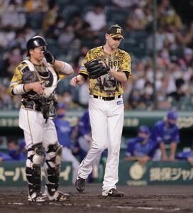 4回1死二、三塁、今永昇太に追加点となる中前適時打を浴びた阪神先発・ガンケル(捕手は梅野隆太郎)(カメラ・渡辺 了文)