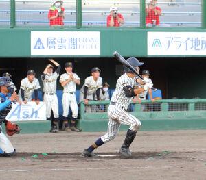 9回裏1死三塁、左中間へサヨナラ打を放つ旭川工・小林