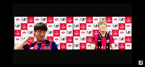 組み合わせが決まり、笑顔の札幌MF金子(右、左はF東京DF渡辺)