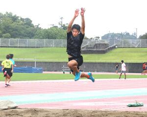 三段跳びの練習をする北川