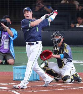 ホームランダービーで打球の行方を見守る山田哲人