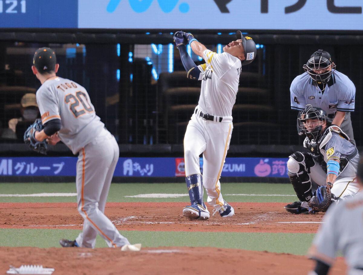 3回無死、三振を喫した柳田悠岐(投手・戸郷翔征)