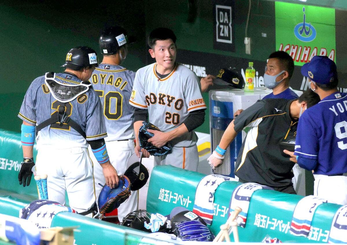 3回に登板、1回を1失点で投げ終えた2番手・戸郷翔征(20)与田剛監督に声をかけられる