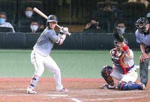 9回2死満塁、中野拓夢が決勝の押し出し四球を選ぶ(捕手・甲斐拓也)
