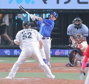 9回1死満塁、空振り三振に倒れた佐野恵太