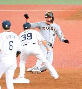 5回1死一、二塁、打者・鈴木誠也の時、捕手の捕球が乱れる間に二塁を狙った一塁走者の坂本勇人だが余裕でアウトとなり苦笑い