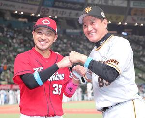 MVPに輝いた菊池涼介(左)とグータッチをする原辰徳監督