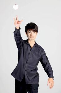 仲村トオルは、リクエストに応じて投球フォームを披露した(カメラ・堺 恒志)