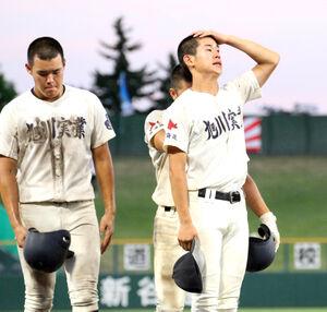 試合後、上を向く旭川実・田中楓(右)