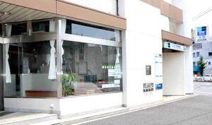 もともとあったマッサージ店を改装したジムの外観。すぐ隣には赤羽岩淵駅通路がある