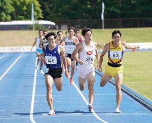 男子800メートルを制した源裕貴(左、カメラ・太田 涼)