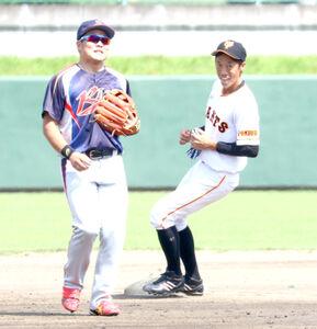 福島市選抜チームとの交流試合で二盗を決めた元巨人の鈴木氏(右)