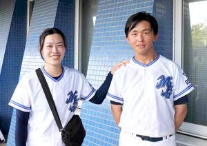 甚田蒼人主将をねぎらう箕面自由学園・山田幸恵監督(左)