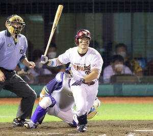 8回1死一塁、勝ち越しの右適時二塁打を放つ島内宏明