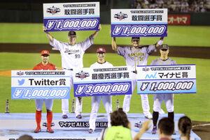表彰台に上がった各賞受賞者(前列左から)菊池涼、島内、佐藤輝、(後列左から)杉本、マルテ