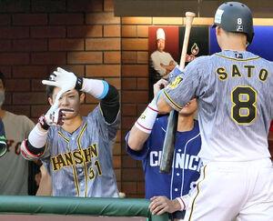 2回、先制ソロを放った佐藤輝をZポーズで迎える中野(左)