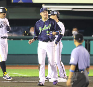 7回無死一塁、一塁への悪送球で一塁走者・吉田正尚(奥)が三塁に進み苦笑いする村上宗隆
