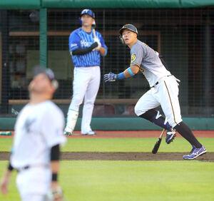 2回1死、佐藤輝明が左越えに先制のソロ本塁打を放つ(カメラ・二川 雅年)