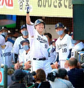 2回2死、同点のソロ本塁打を放った杉本裕太郎がベンチ前でポーズを決める