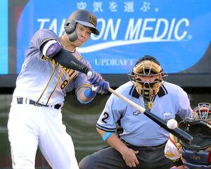 2回1死、左越えにソロ本塁打を放った佐藤輝明(カメラ・池内 雅彦)