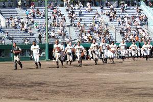 初戦を制し、応援席へ駆け出す札幌日大の選手たち