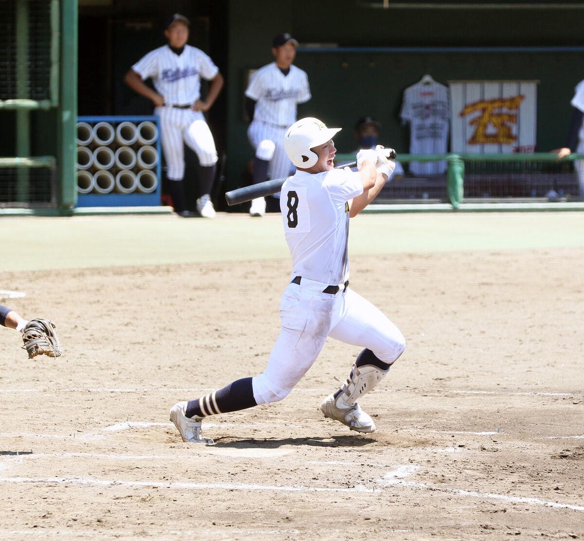 7回、勝ち越しの二塁打を放つ三島南・前田