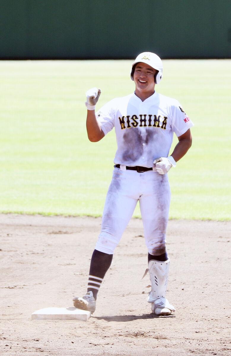 7回、勝ち越しの二塁打を放ち、笑顔を見せる三島南・前田
