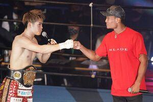 7日に日本ユース王座を防衛した佐々木尽(左)に試合後、平岡アンディがリングに登場し、闘志をぶつけ合った(大橋ジム提供)