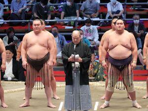 協会挨拶を行う八角理事長(中、左は白鵬、右は照ノ富士)