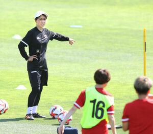 高倉麻子監督が不在のため選手に指示を出す大部由美コーチ