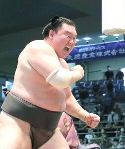 白鵬は照ノ富士を小手投げで下し、全勝優勝、土俵で雄たけびを上げた
