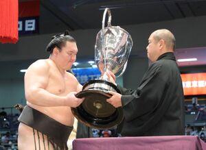 八角理事長から賜杯を受ける白鵬(左)(代表撮影)