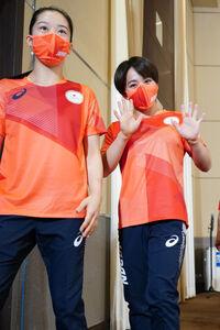 会見を引き揚げる畠田瞳(左)と村上茉愛(代表撮影)