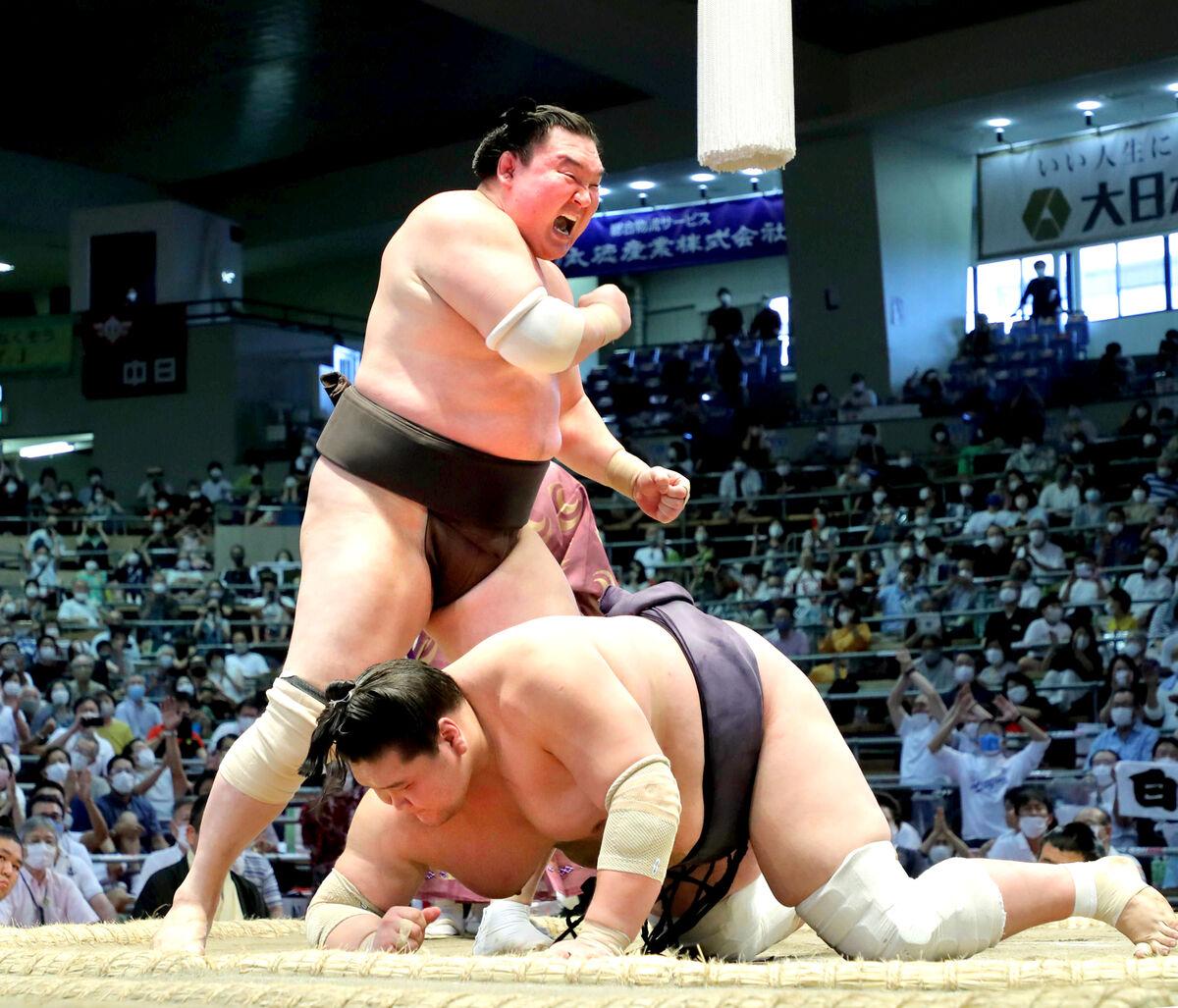 照ノ富士を小手投げで下し、全勝優勝、土俵で雄たけびを上げる白鵬