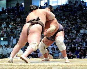 たちあい、右肘で照ノ富士をかちあげる白鵬(左)