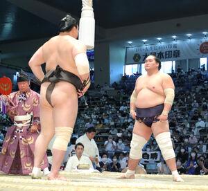 仕切りでにらみ合う照ノ富士(右)と白鵬 (カメラ・越川 亘)