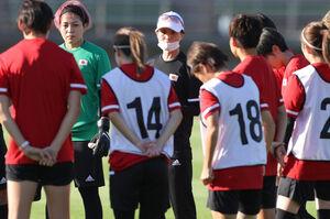 練習前に選手らを集めて話す高倉麻子監督