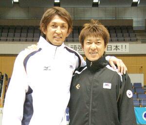 2011年4月に北海きたえーるで行われた東日本大震災チャリティーイベントに参加した折茂(左)、佐古両選手(当時)