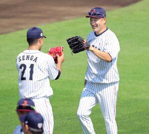 千賀滉大(左)とのキャチボールを終え、グラブタッチをする田中将大