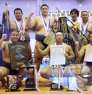 10年夏のインターハイで団体優勝を飾った照ノ富士(中央後方)