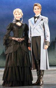 兵庫・宝塚大劇場で上演された宙組「シャーロック・ホームズ」の新人公演上演後に舞台上で会見した亜音有星(右)と山吹ひばり