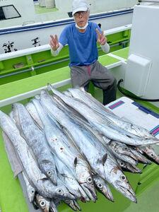 1メートルオーバーの大型交じりでタチウオを22尾釣った伊藤さん(関義丸提供)
