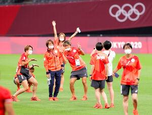 選手たちとピッチで写真撮影をする高倉麻子監督(左から2人目)(カメラ・石田 順平)