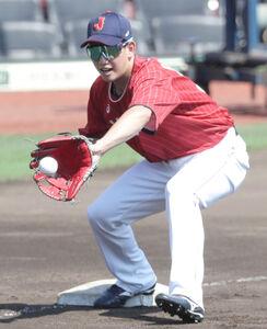 投内連係プレーの練習で三塁を守った栗原陵矢(カメラ・関口 俊明)