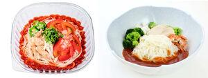 選手村の「アスリートそうめん」(右)と、市販の「アスリートそうめんトマトと蒸し鶏」(510円)(c)Tokyo2020