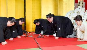 横綱昇進伝達式で口上を述べる新横綱照ノ富士(右中央)。右奥は伊勢ケ浜親方、右手前は淳子夫人。左から浅香山審判委員、高島理事(代表撮影)