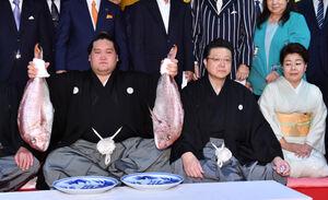 伝達式後、タイを両手に持つ新横綱照ノ富士(左)、中央は伊勢ケ浜親方、右は淳子夫人(代表撮影)