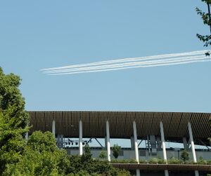 国立競技場上空を飛ぶブルーインパルス
