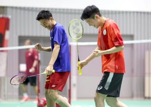 ダブルス形式の練習でガッツポーズする(左から)桃田賢斗、常山幹